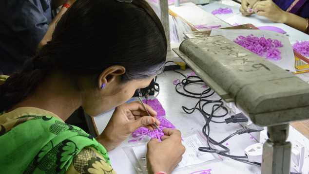 Skilled jewelry maker in Jaipur