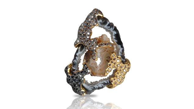 Kavant and Sharart 的这款吊坠镶有一颗钻石和两片单独的玛瑙(这是夫妻二人去图森采购时所购)。 由 Kavant and Sharart 友情提供
