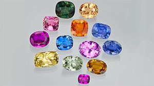 刚玉(红宝石和蓝宝石)呈现出光谱中的各种色彩,从古至今一直是备受欢迎的宝石。