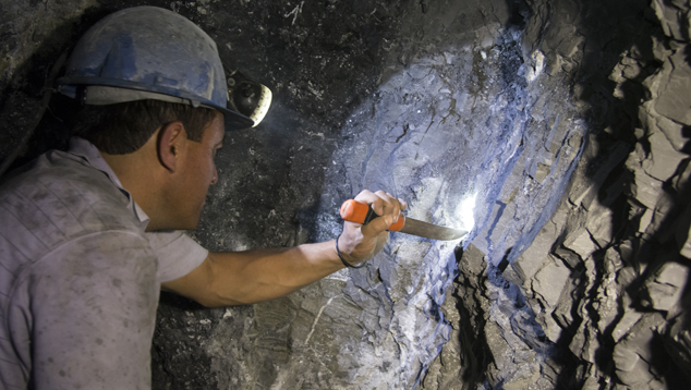 Use of hand tools at El Manantial mine