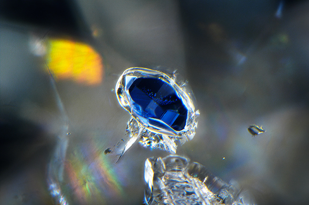 The kyanite inclusion identifies the diamond as having an eclogitic origin.