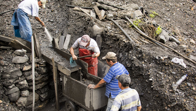 Independent miners on the banks of the Río Itoco