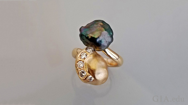 A black Tahitian pearl and a gold nugget in the shape of a Keshi pearl (with 5 diamonds set in it) bypass one another in this ring.
