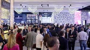 Crowds mingle on the Baselworld 2018 show floor.