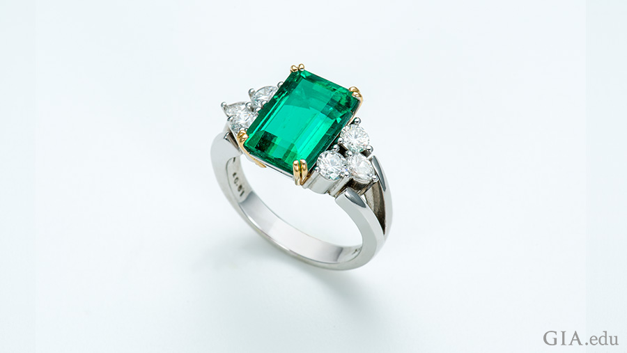 The beauty of emerald is seen in this 3.69 ct stone flanked by six diamonds. Photo: Robert Weldon/GIA. Courtesy: Ismael Daoud