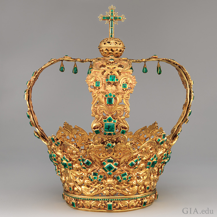 The Crown of the Andes boasts an impressive 24 ct emerald centre stone and 442 additional emeralds set in the intricately crafted golden headpiece. Photo: the Metropolitan Museum of Art